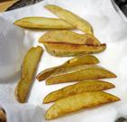 チップス=フライドポテトのじゃがいもは、皮つき、皮なしお好みで。