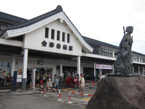 会津若松駅。七日町は鉄道も通っているが、本数が少ないので路線バスで行くのが便利。
