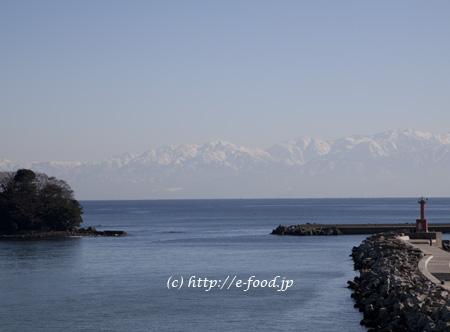 ひみ番屋街からのぞむ富山湾と立山連峰。