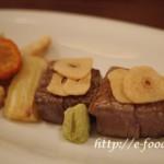 米村シェフの和牛ヒレ肉と阿波地鶏の炭火焼き 瞬間燻製した野菜とマッシュポテト添え