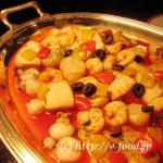 スペインの魚介のソテー、バスク風。えびや魚がたっぷり入った、リッチな一品。