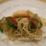 シンガポールのビーフンの炒め、カレー風味。海南チキンライスを期待していたのだが、あまり特色のない中華風料理で、少しがっかり。